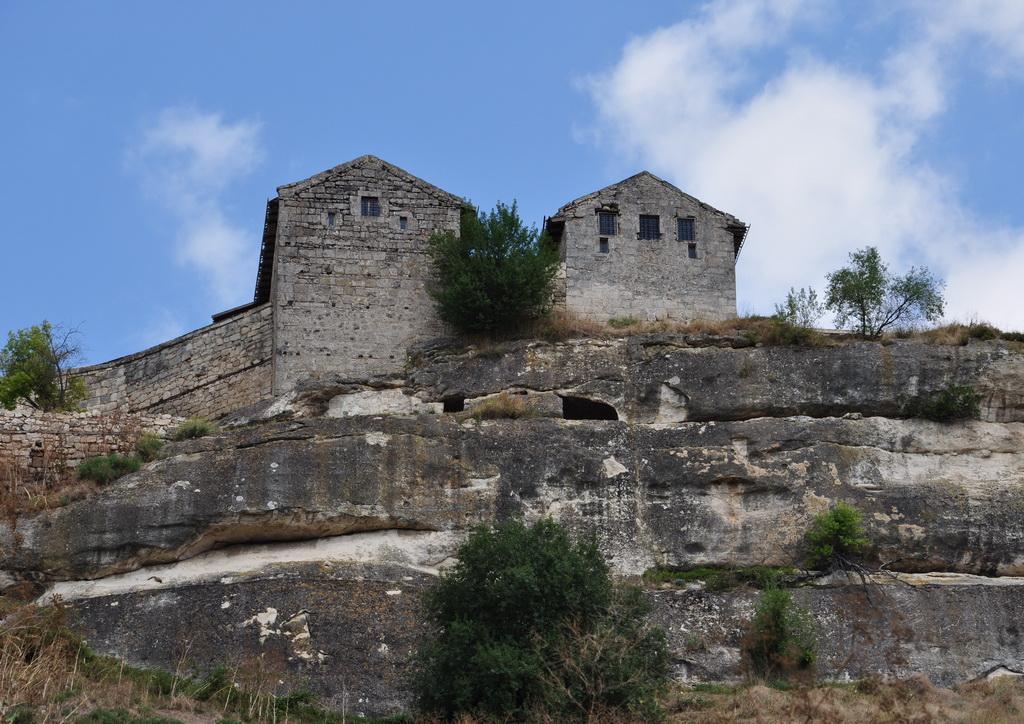 Каменные жилища Чуфут-Кале