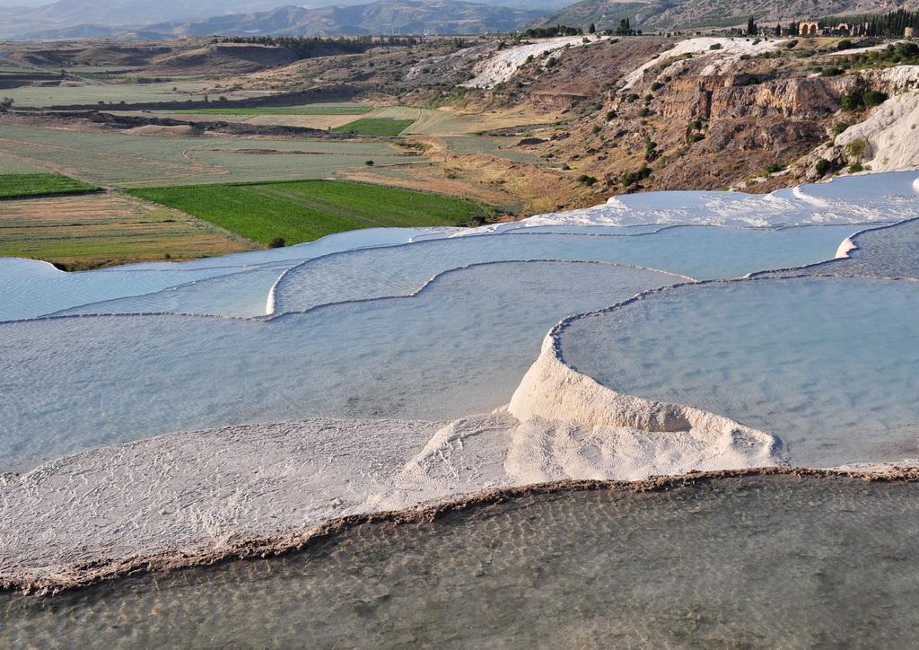 Травертины Памуккале с минеральной водой