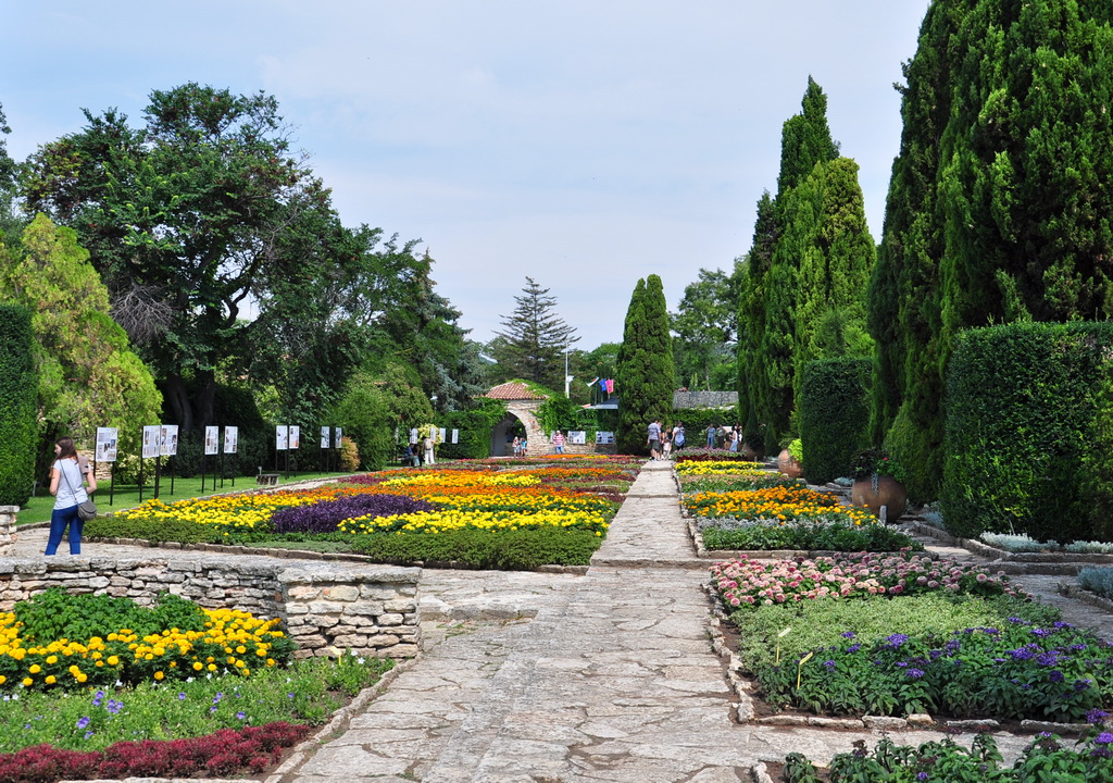 Цветочный декор дорожек парка
