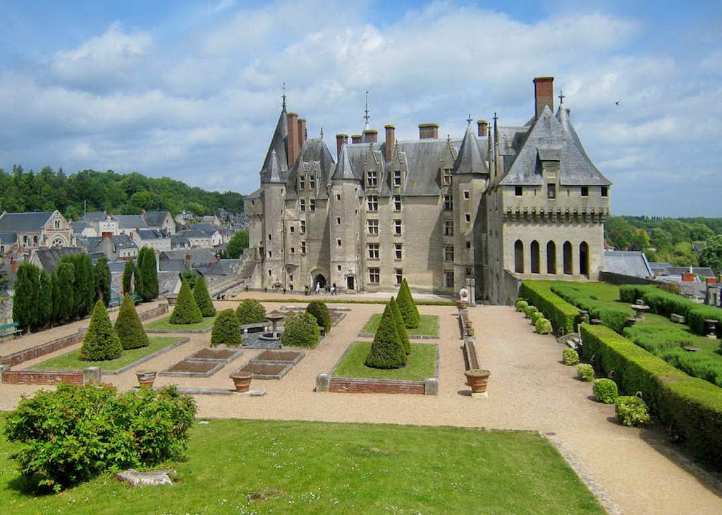Двор замка Ланже