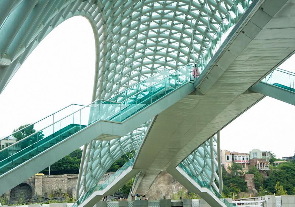 Стальная конструкция и стеклянные панели моста Мира