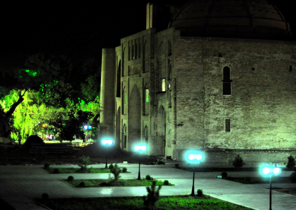 Медресе Нодир-Диван-Беги ночью