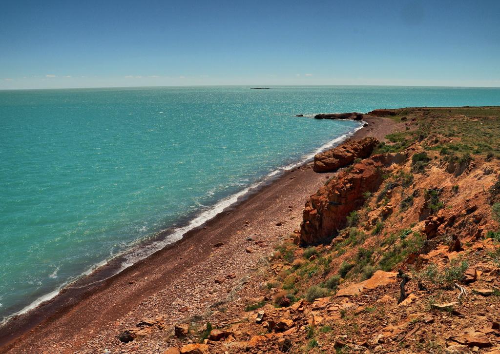 Каменистый обрывистый берег Балхаша