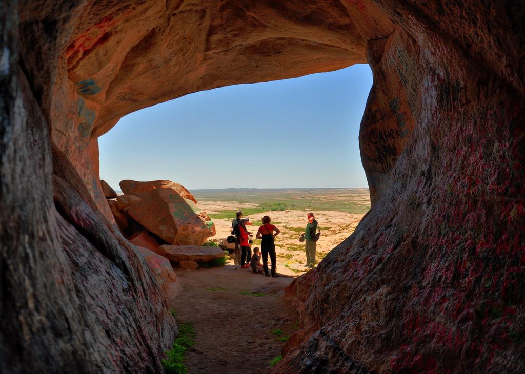 вход в пещеру и вид на урочище Бектау-ата