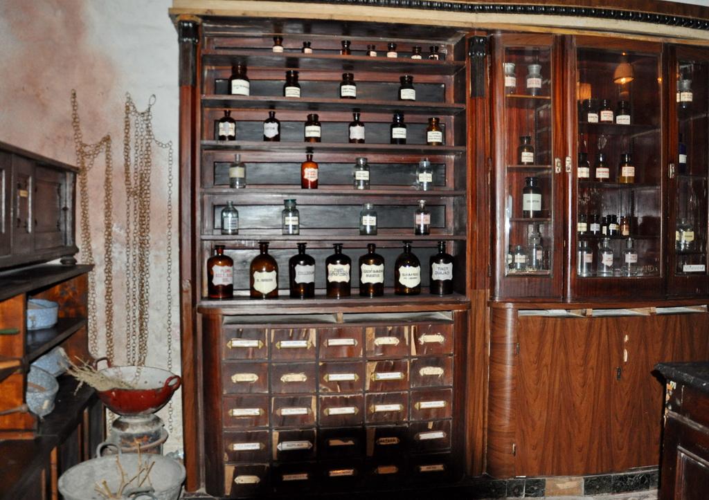 Дубовые шкафы в подвале аптеки
