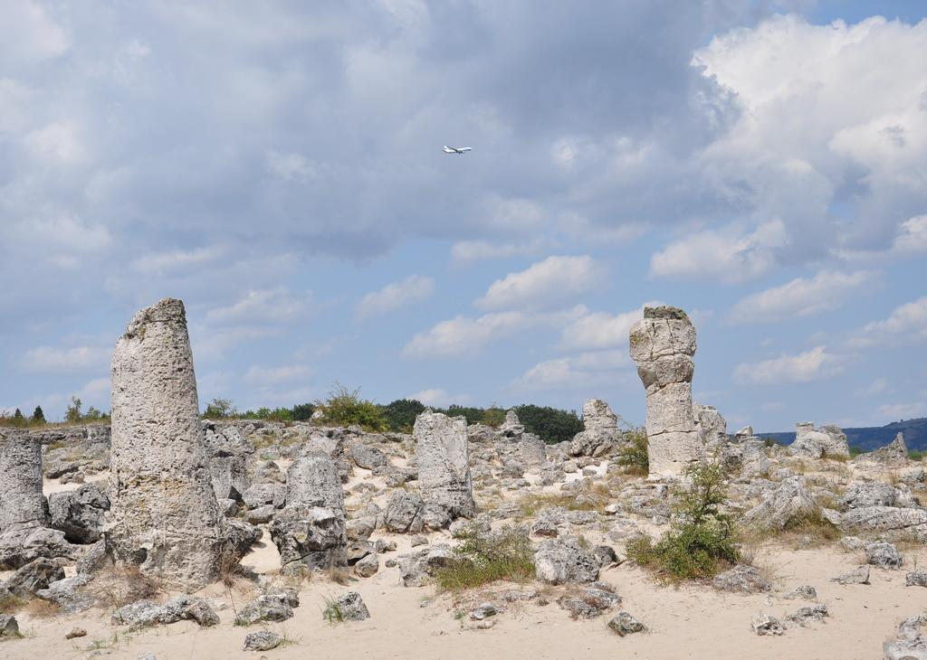Побити камни и самолет над аэропортом Варны