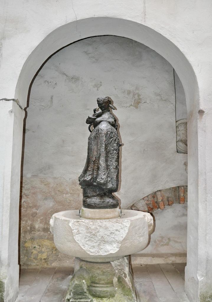 Памятник ведьме, прародительнице фармацевтов