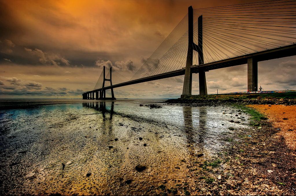 Мост Васко да Гама ночью