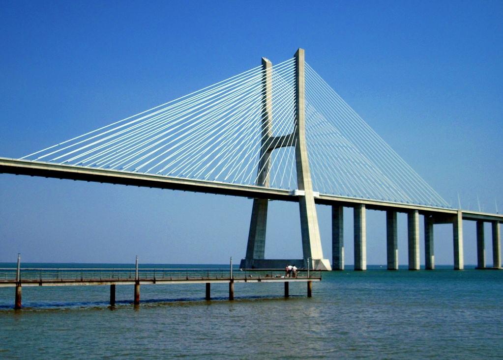 Вид на мост Васко да Гама